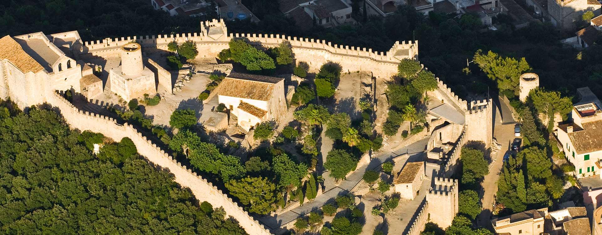 Vista aérea de las calles y el castillo de Capdepera
