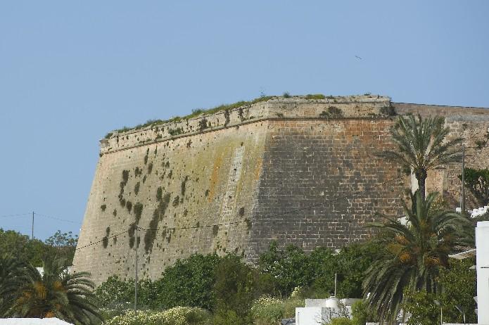 Vista de la fachada del Bastión de Sa Font, donde se ubica el Museo Municipal de la Ciudadela.