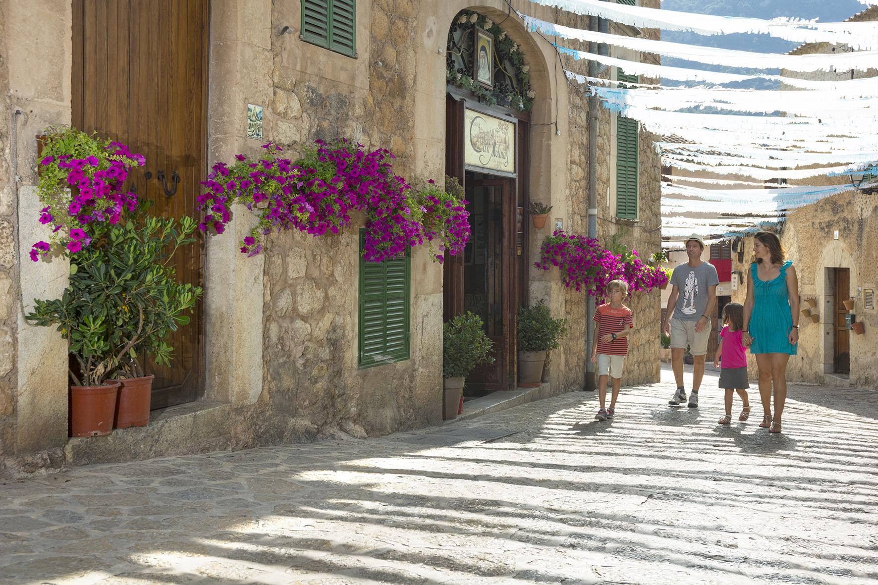 Familia de paseo por el pueblo Valldemossa en Mallorca