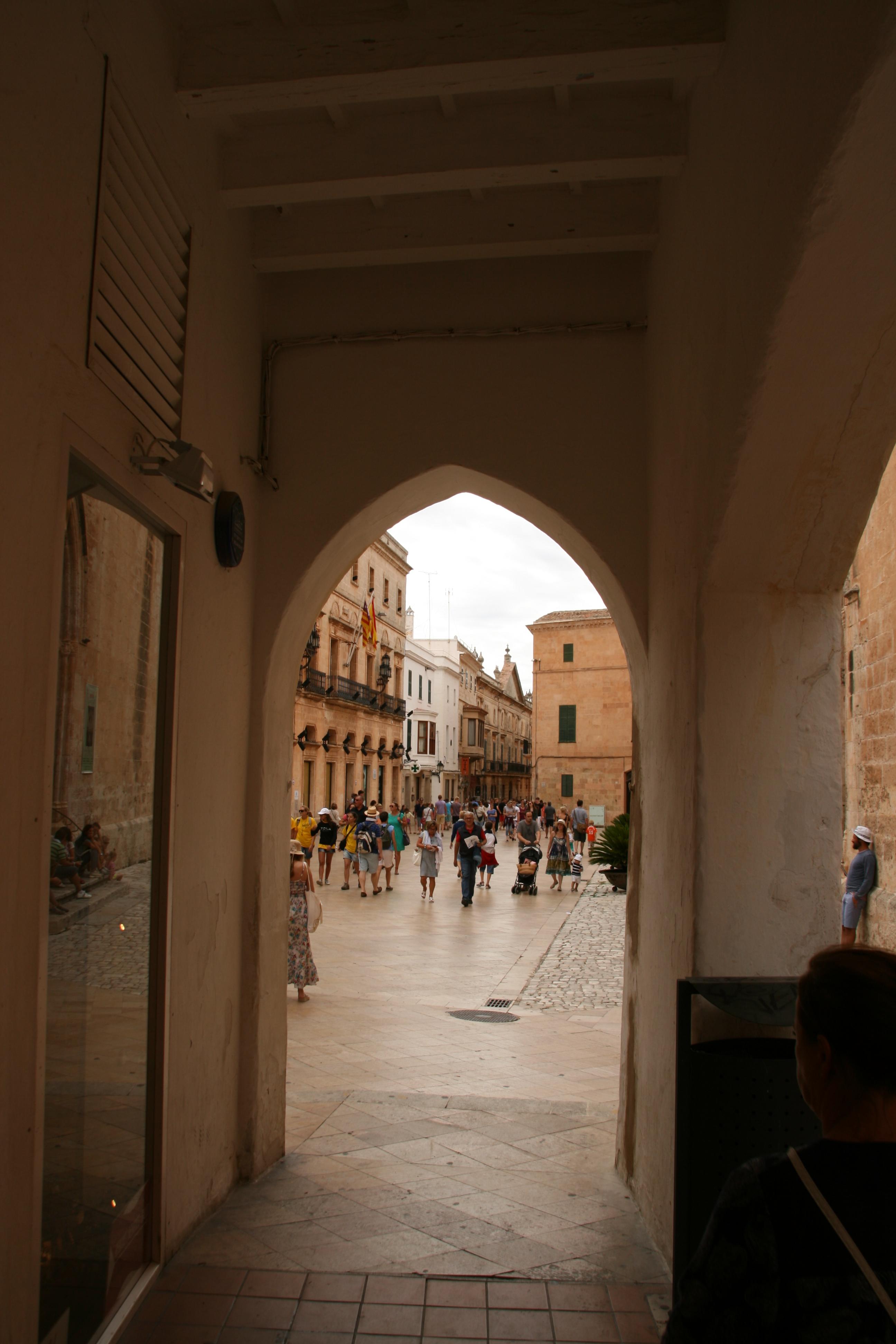 Vista de una de las principales calles peatonales del Casco Antiguo de la Ciudadela.
