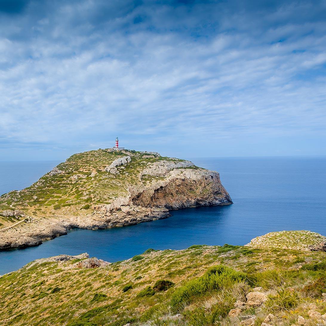 Vista del faro de la isla de Cabrera